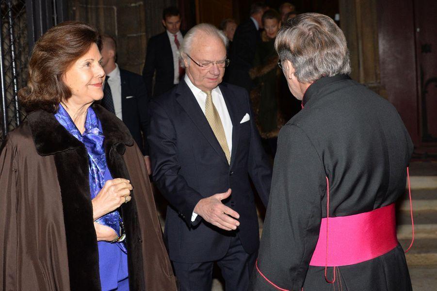 La reine Silvia et le roi Carl XVI Gustaf de Suède avec Monseigneur Patrick Chauvet dans la cathédrale Notre-Dame de Paris, le 6 décembre 2016