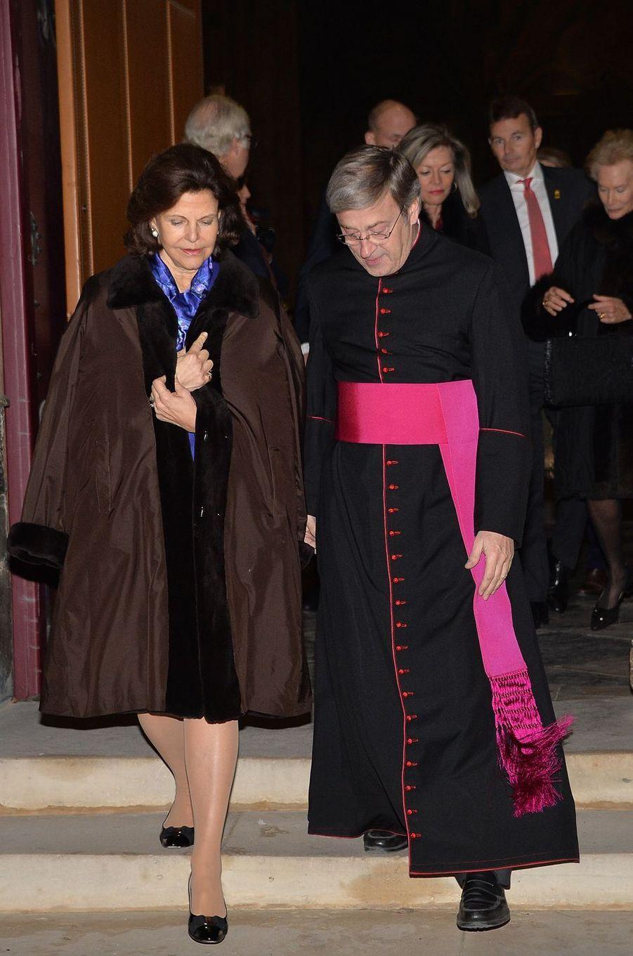 La reine Silvia de Suède avec Monseigneur Patrick Chauvet à Notre-Dame de Paris, le 6 décembre 2016