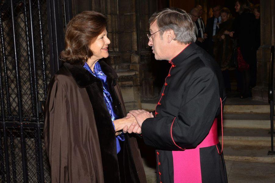 La reine Silvia avec Monseigneur Patrick Chauvet à Notre-Dame de Paris, le 6 décembre 2016