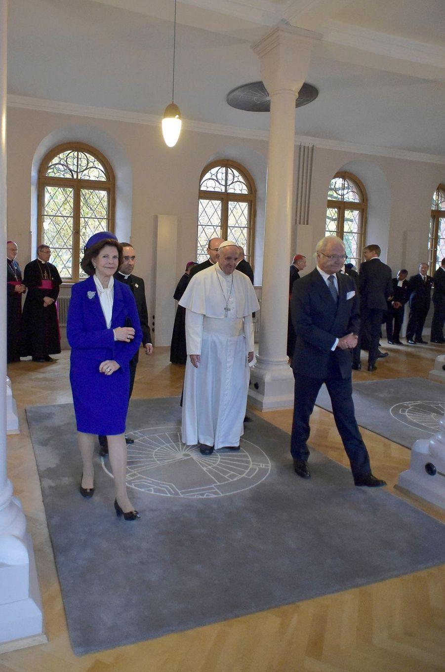 La reine Silvia et le roi Carl XVI Gustaf de Suède avec le pape François au palais royal de Lund, le 31 octobre 2016