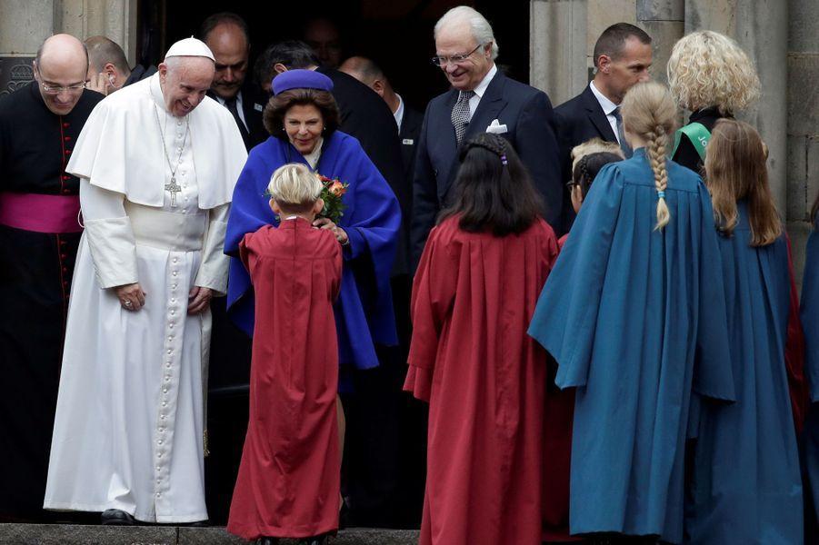 La reine Silvia et le roi Carl XVI Gustaf de Suède sortent du palais royal de Lund avec le pape François, le 31 octobre 2016