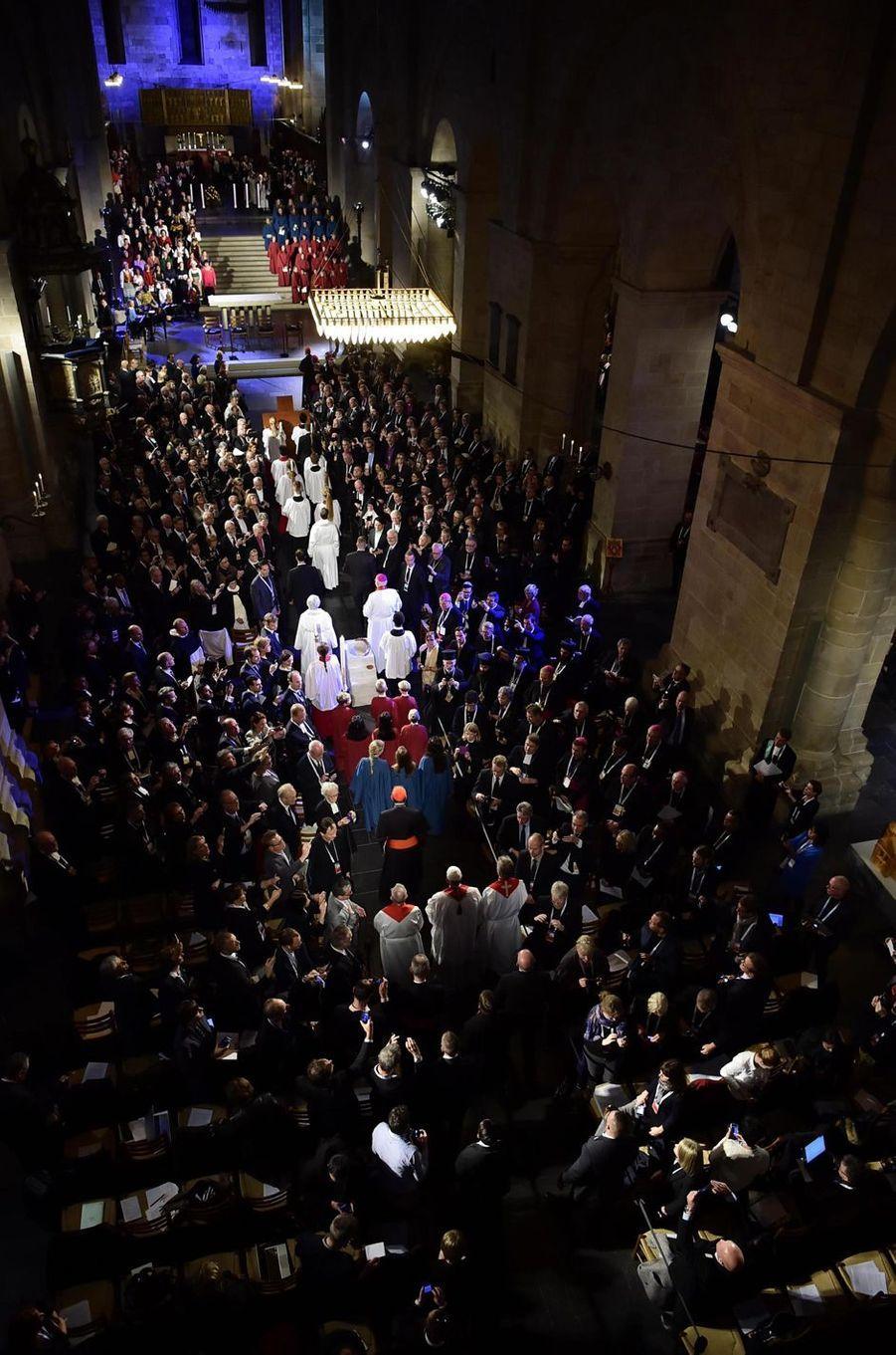 La reine Silvia et le roi Carl XVI Gustaf de Suède assistent à la prière œcuménique avec le pape François dans la cathédrale luthérienne de Lund, le 31 octobre 2016