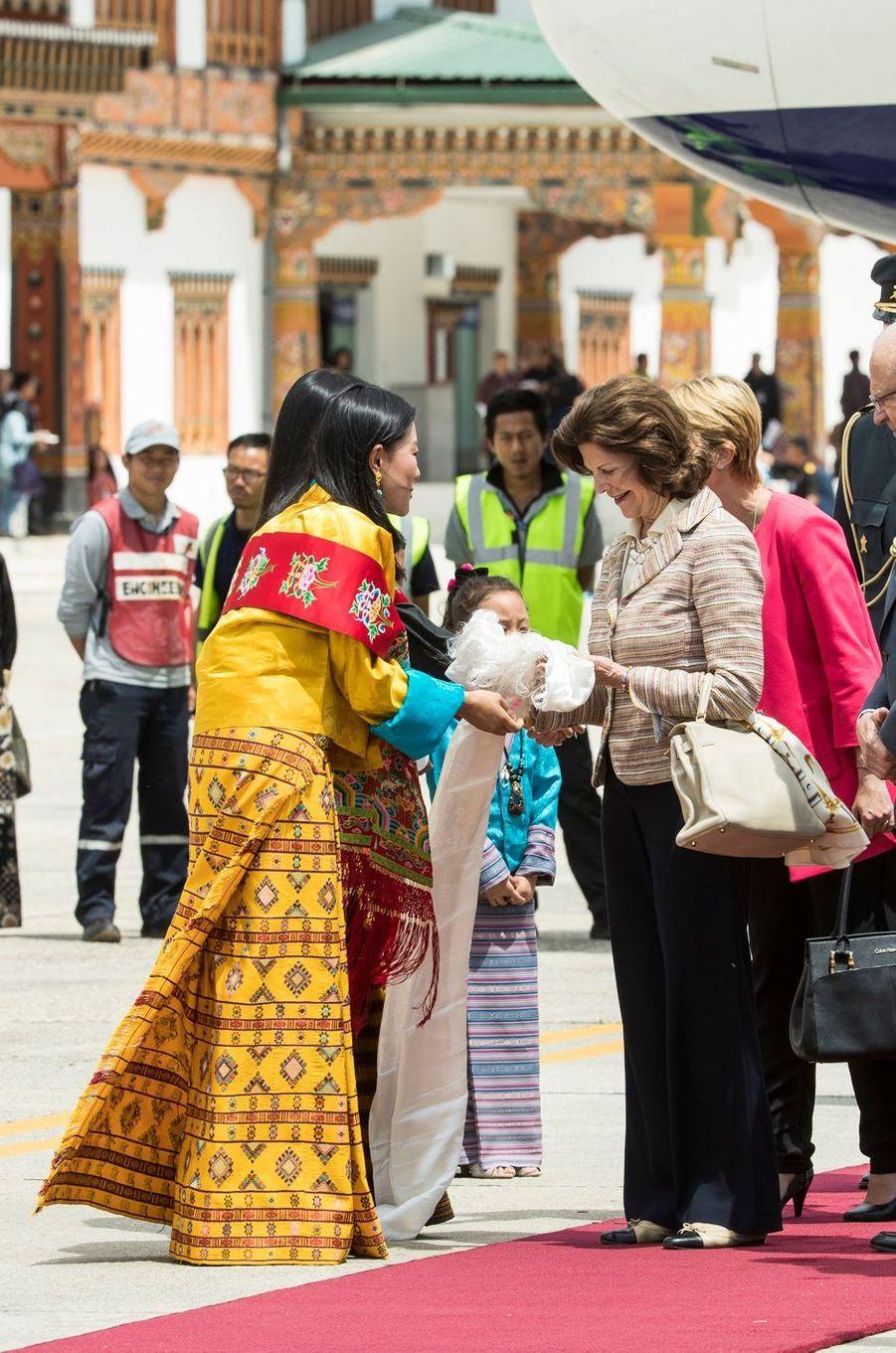 La reine Silvia de Suède à son arrivée à Paro, avec des princesses du Bhoutan, le 8 juin 2016