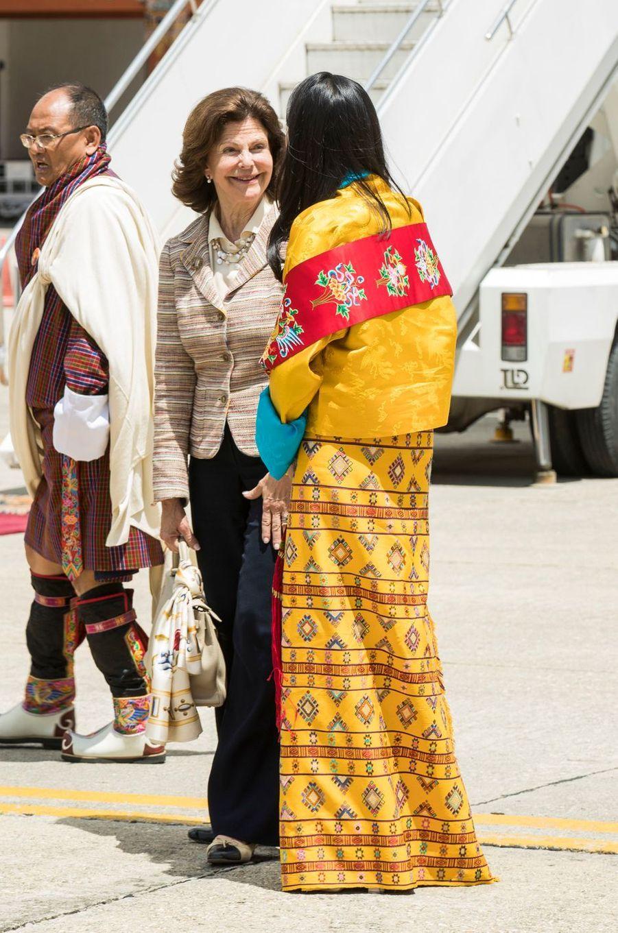 La reine Silvia de Suède à son arrivée à Paro, avec une princesse du Bhoutan, le 8 juin 2016