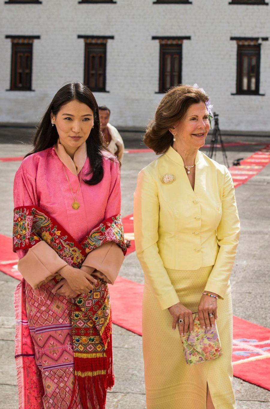 La reine Silvia de Suède avec la reine du Bhoutan Jestun Pema à Thimphu, le 8 juin 2016