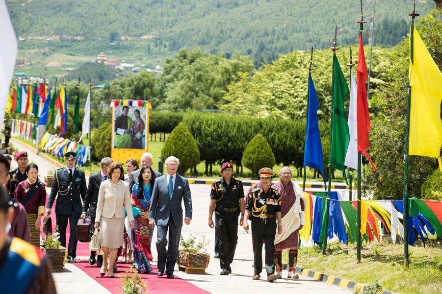 La reine Silvia et le roi Carl XVI Gustaf de Suède à leur départ du Bhoutan, le 11 juin 2016
