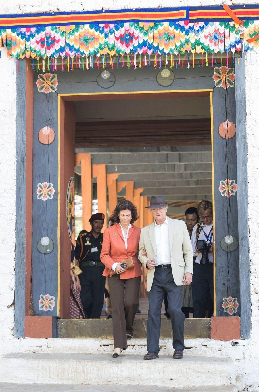 La reine Silvia et le roi Carl XVI Gustaf de Suède à Phunakha, le 10 juin 2016