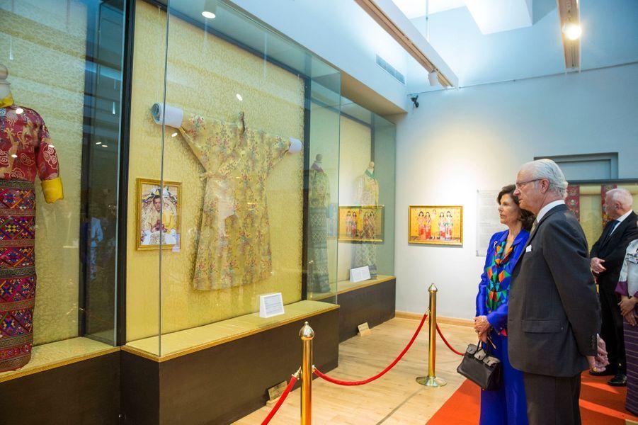 La reine Silvia et le roi Carl XVI Gustaf de Suède au musée royal du Textile à Thimphu, le 9 juin 2016