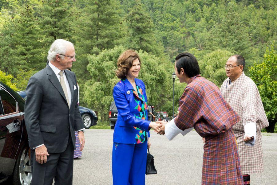La reine Silvia et le roi Carl XVI Gustaf de Suède avec l'ancien roi du Bhoutan à Thimphu, le 9 juin 2016