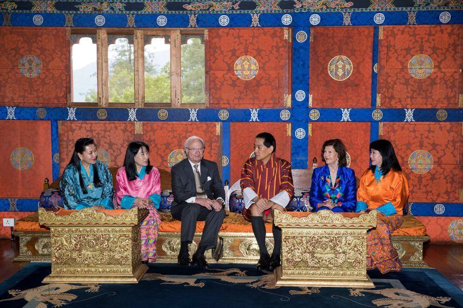 La reine Silvia et le roi Carl XVI Gustaf de Suède avec l'ancien roi du Bhoutan et ses femmes à Thimphu, le 9 juin 2016