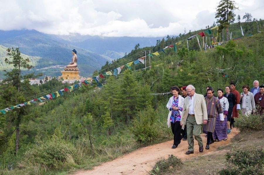 La reine Silvia et le roi Carl XVI Gustaf de Suède dans le parc naturel Kuensel Phodrang, le 9 juin 2016