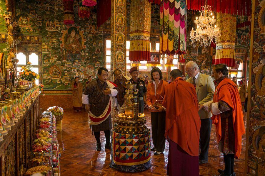 La reine Silvia et le roi Carl XVI Gustaf de Suède dans le temple de Wolokha, le 10 juin 2016