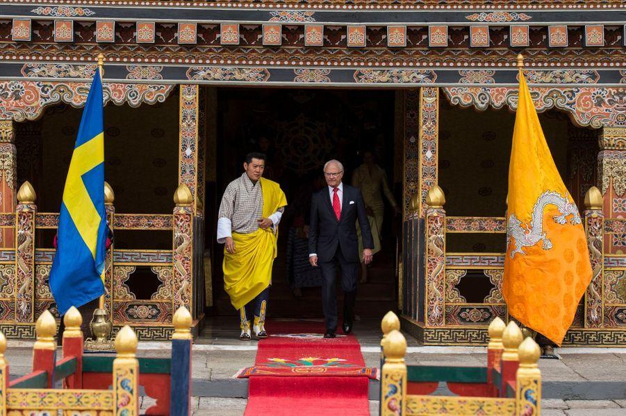 Le roi Carl XVI Gustaf de Suède avec le roi du Bhoutan Jigme Singye Wangchuck à Thimphu, le 8 juin 2016