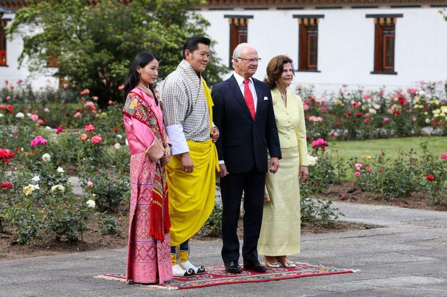 Silvia, dépaysement au Bhoutan avec Carl XVI Gustaf