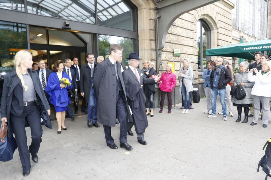 La reine Silvia et le roi Carl XVI Gustaf de Suède sortent de la gare d'Hambourg, le 6 octobre 2016