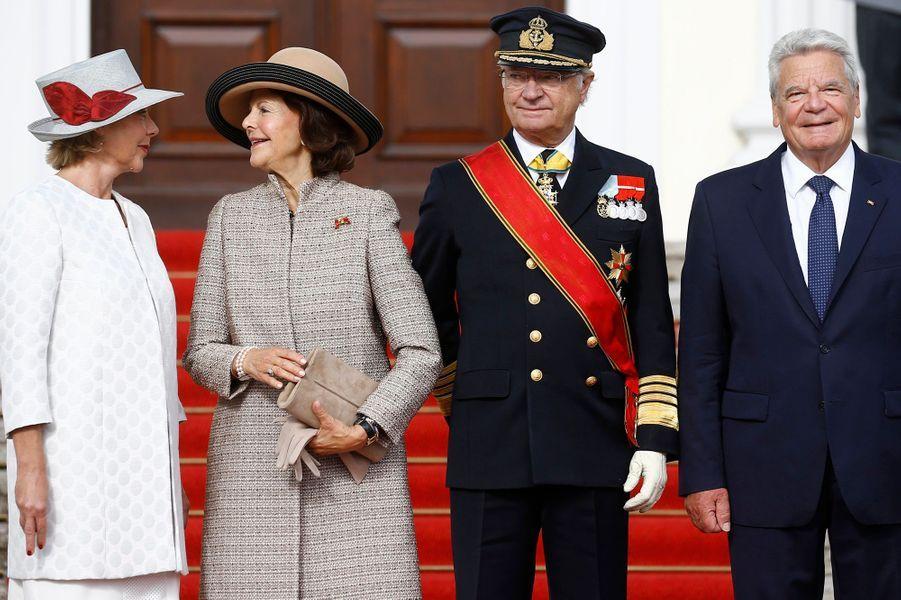 La reine Silvia et le roi Carl XVI Gustaf de Suède avec le couple présidentiel allemand à Berlin, le 5 octobre 2016