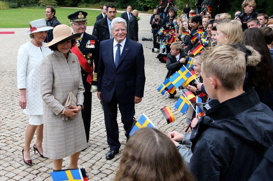 La reine Silvia et le roi Carl XVI Gustaf de Suède avec le président de la République fédérale d'Allemagne Joachim Gauck et sa compagne Daniela Schadt à Berlin, le 5 octobre 2016