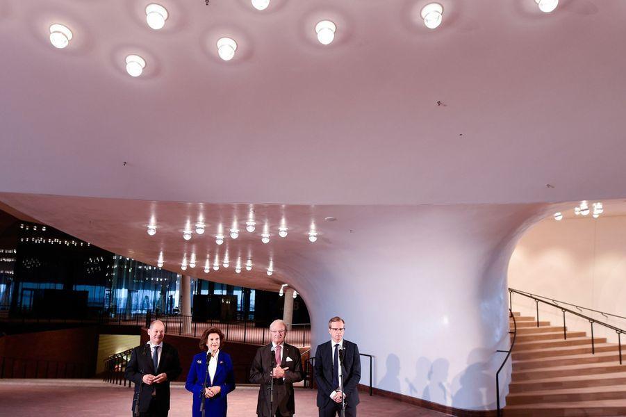 La reine Silvia et le roi Carl XVI Gustaf de Suède à l'Elbphilharmonie à Hambourg, le 6 octobre 2016