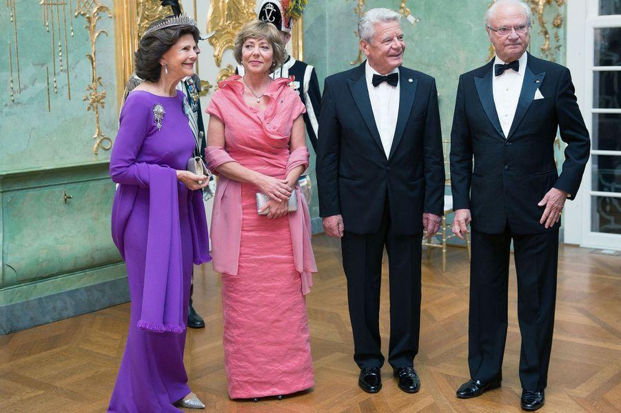 La reine Silvia et le roi Carl XVI Gustaf de Suède avec le couple présidentiel allemand à Berlin, le 6 octobre 2016