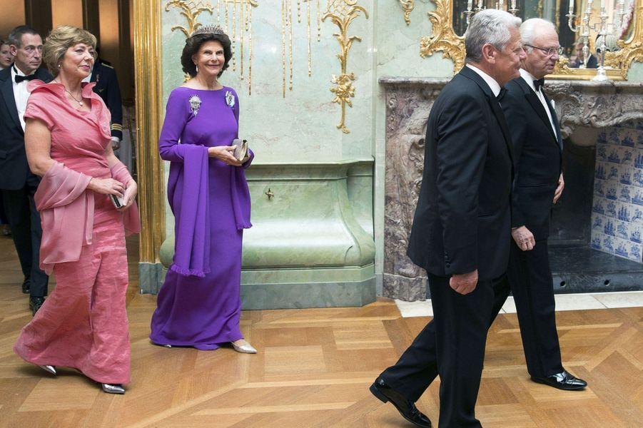 La reine Silvia et le roi Carl XVI Gustaf de Suède avec le couple présidentiel allemand au château de Charlottenburg à Berlin, le 6 octobre 2016