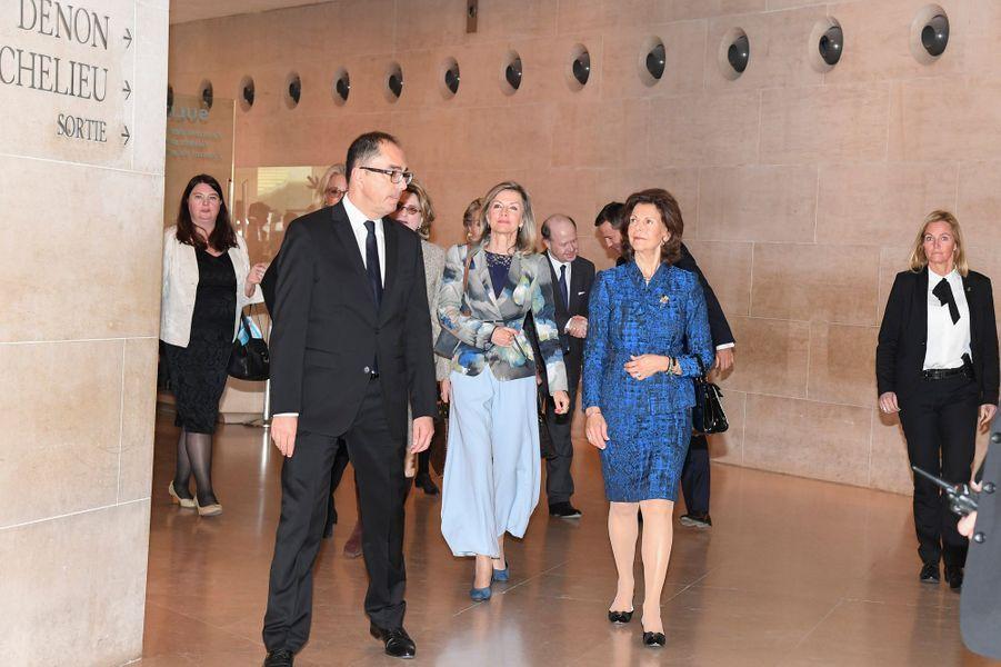La reine Silvia de Suède va découvrir une exposition au musée du Louvre à Paris, le 18 octobre 2016