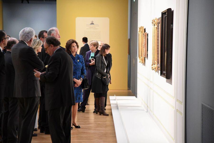 """La reine Silvia de Suède visite l'exposition """"Un Suédois à Paris au XVIIIesiècle"""" au Musée du Louvre, le 18 octobre 2016"""