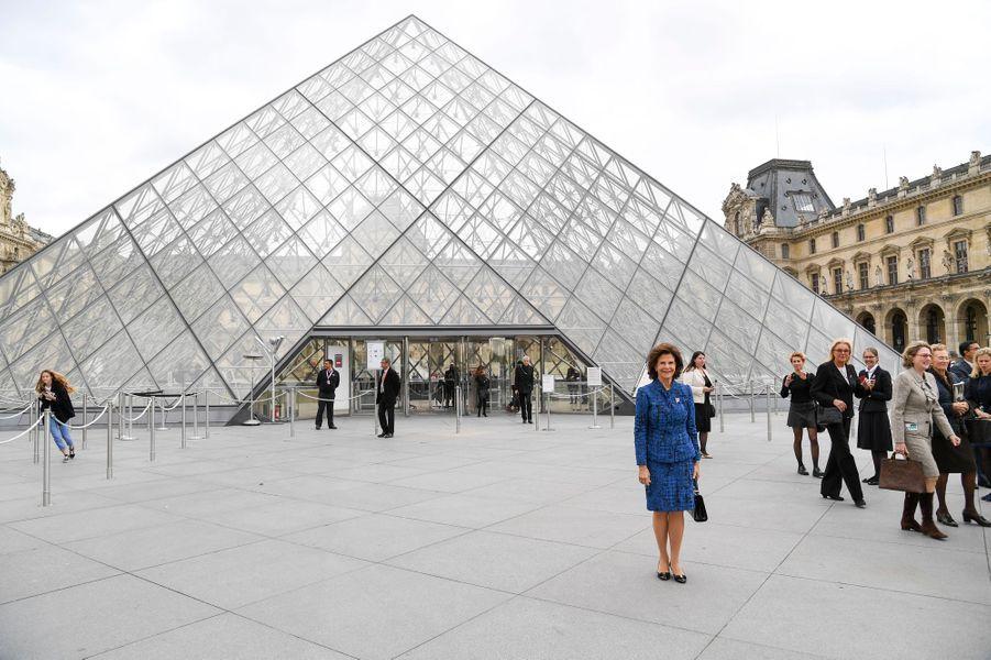 La reine Silvia de Suède devant la pyramide du Louvre à Paris, le 18 octobre 2016