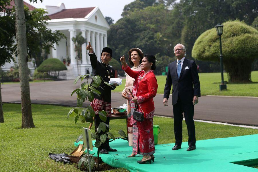 La reine Silvia et le roi Carl XVI Gustaf de Suède avec le président indonésien et son épouse à Bogor, le 22 mai 2017