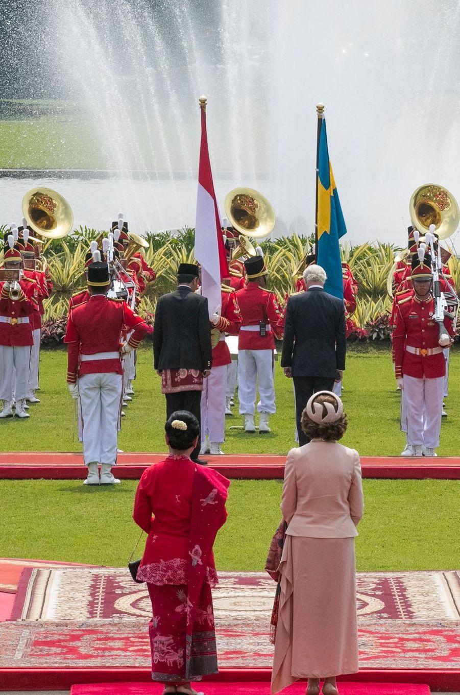 La reine Silvia et le roi Carl XVI Gustaf de Suède avec le président indonésien et son épouse à Jakarta, le 22 mai 2017