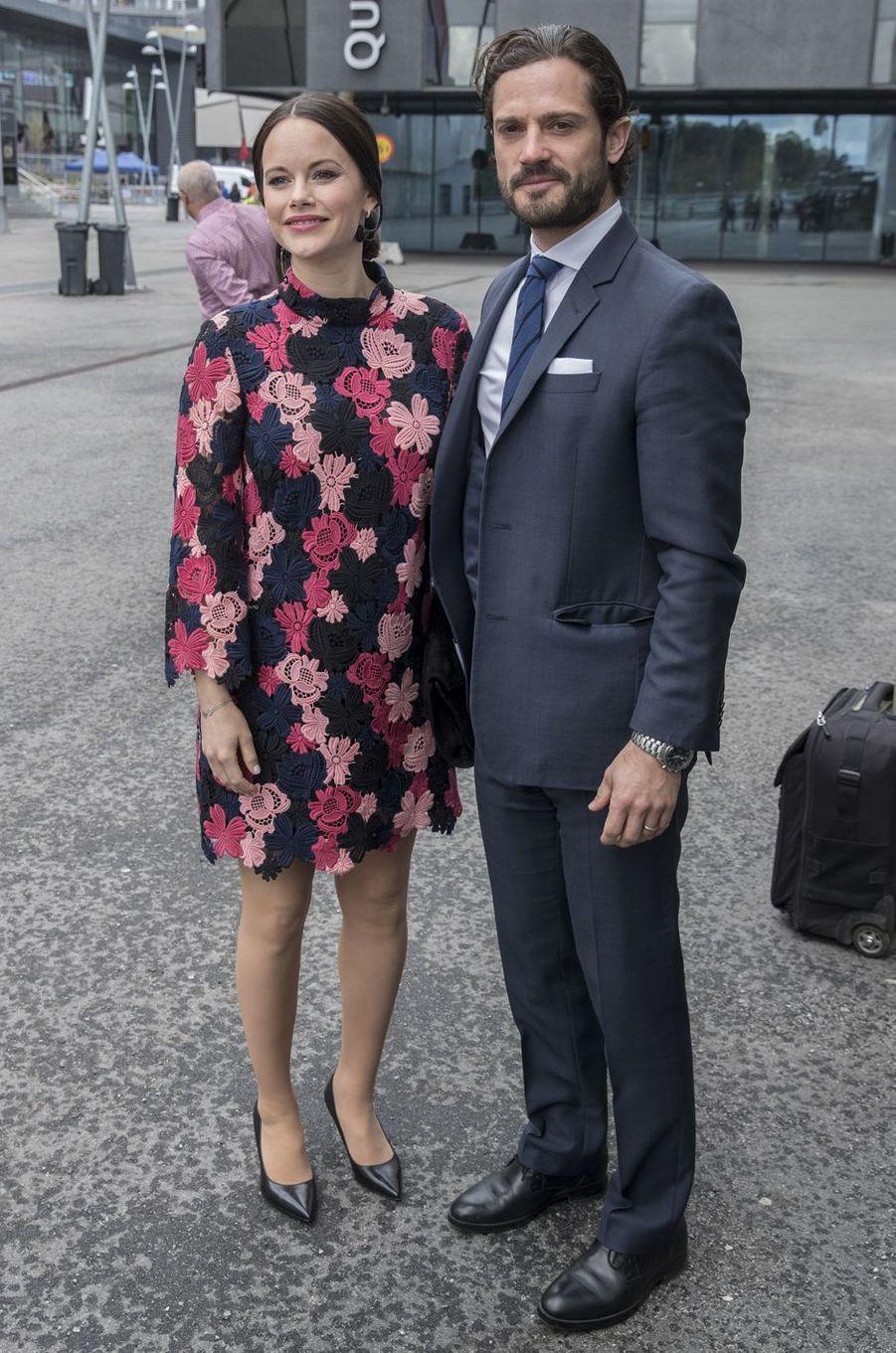 La princesse Sofia, dans une robe & Other Stories, et le prince Carl Philip de Suède à Solna, le 7mai 2017