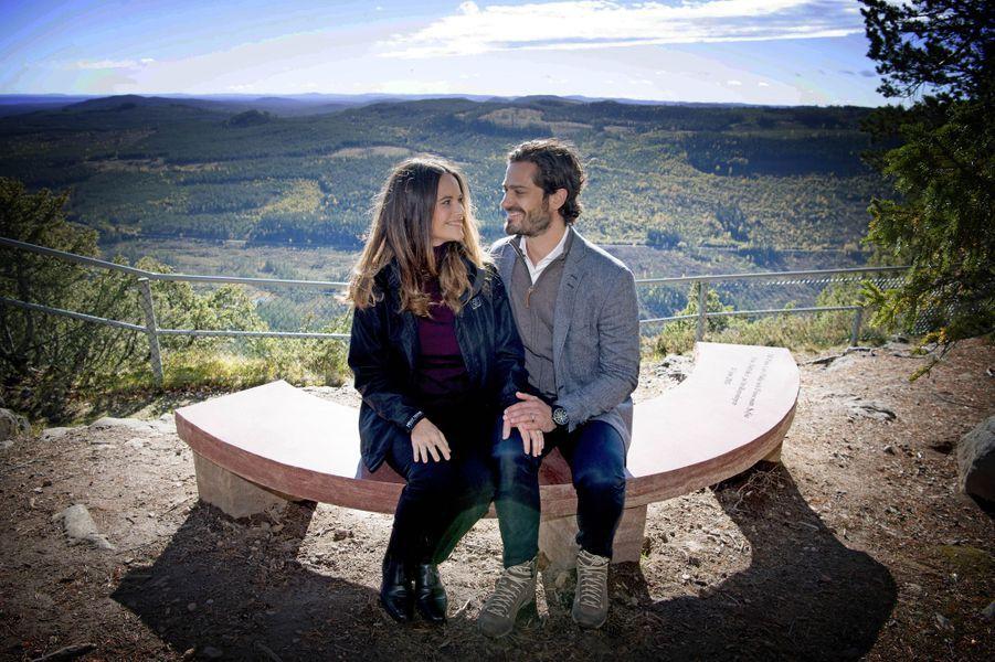 La princesse Sofia et le prince Carl Philip de Suède le 30 septembre 2016 sur le banc que le comté de Dalarna leur a offert pour leur mariage