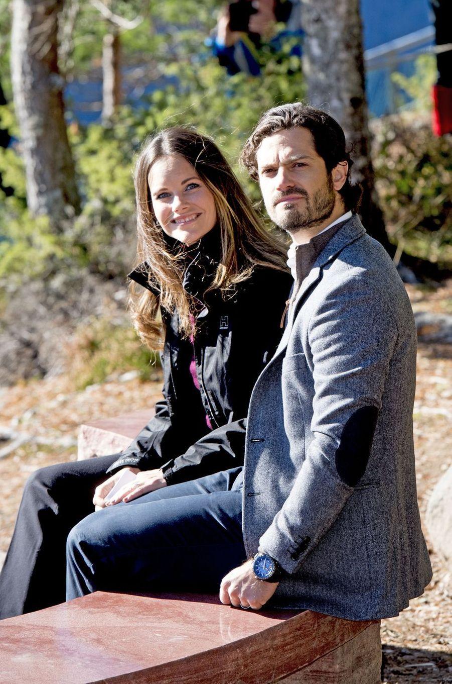 Sofia et Carl Philip découvrent leur cadeau de mariage à Dalarna