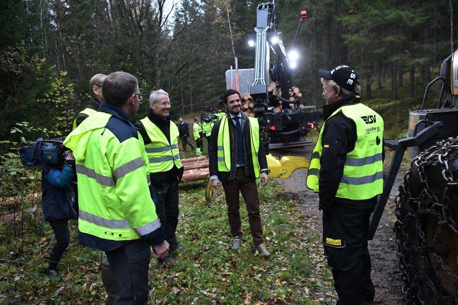 Le prince Carl Philip de Suède dans une forêt de son duché de Värmland, le 21 octobre 2016