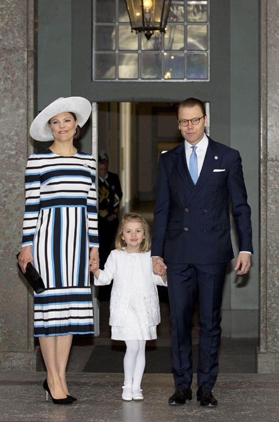 La princesse Victoria de Suède avec le prince consort Daniel et la princesse Estelle à Stockholm, le 30 avril 2016