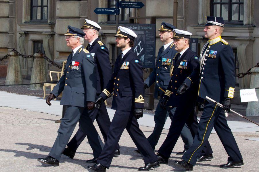 Le roi Carl XVI Gustaf de Suède et le prince Carl Philip à Stockholm, le 30 avril 2016