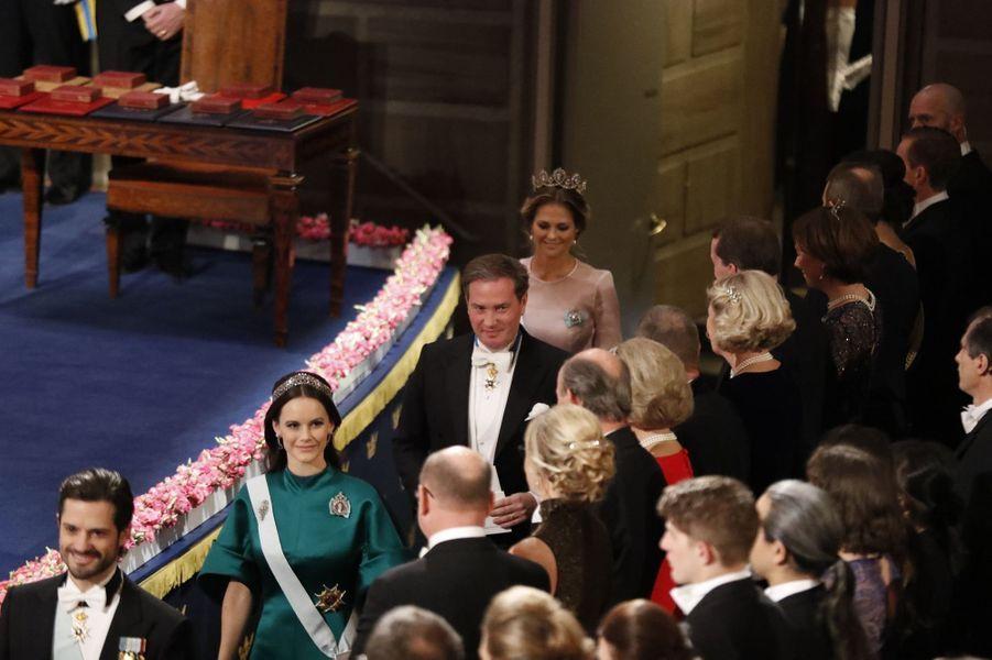 Les princesses Sofia et Madeleine de Suède avec le prince Carl Philip et Christopher O'Neill à la cérémonie de remise des prix Nobel à Stockholm, le 10 décembre 2016