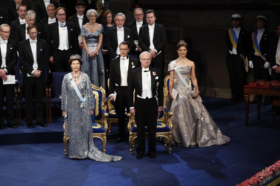 La reine Silvia et le roi Carl XVI Gustaf de Suède avec la princesse Victoria et le prince consort Daniel à la cérémonie de remise des prix Nobel à Stockholm, le 10 décembre 2016
