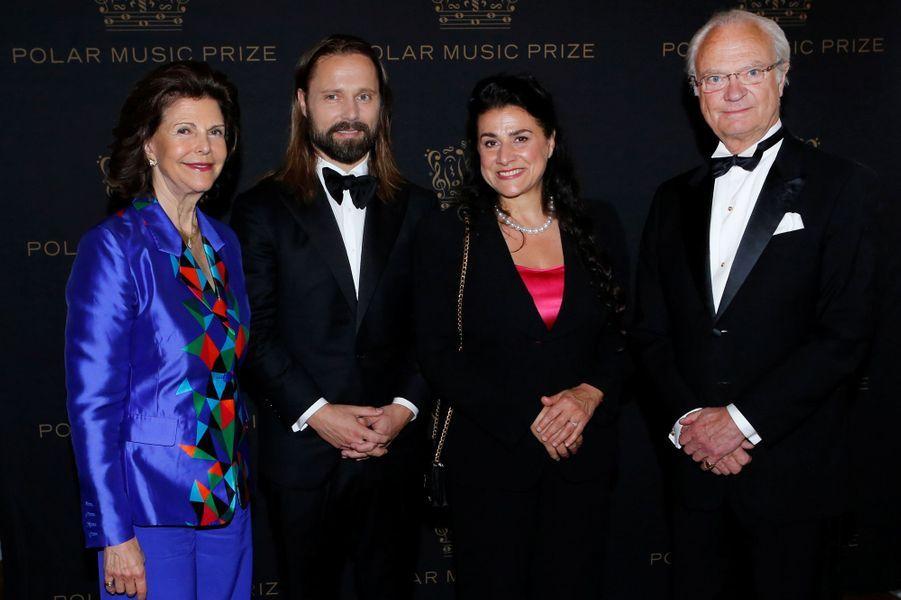 La reine Silvia et le roi Carl XVI Gustaf de Suède avec les lauréats du Polar Music Prize 2016 à Stockholm, le 16 juin 2016