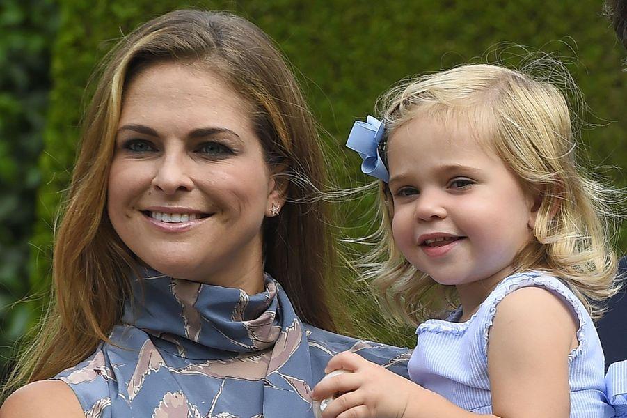 Aussi souriantes l'une que l'autre : le princesse Madeleine et sa fille, la princesse Leonore