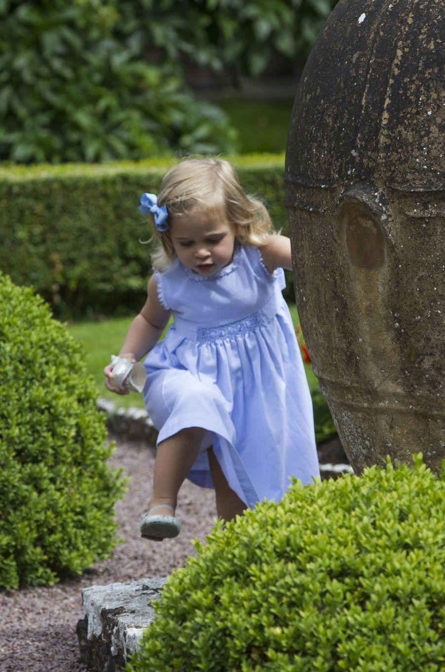 La petite Leonore préfère s'amuser dans les jardins de Solliden
