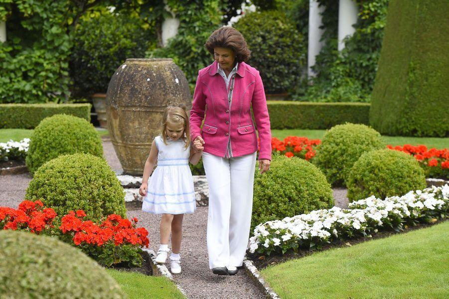 La reine Silvia et la princesse Estelle, deuxième dans l'ordre de succession, dans les jardins de Solliden
