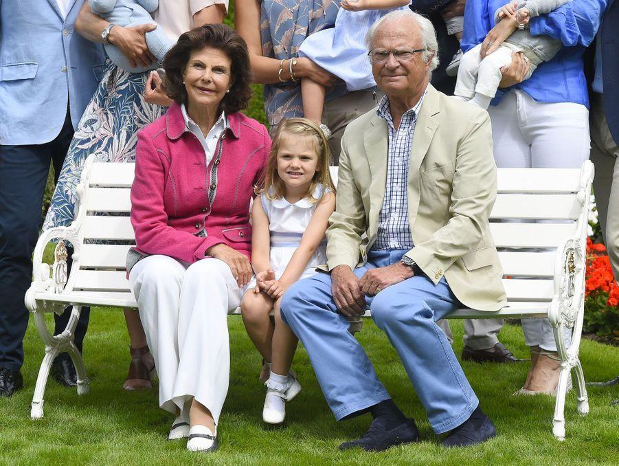 La reine Silvia et le roi Carl XVI Gustaf entourent la princesse Léonore