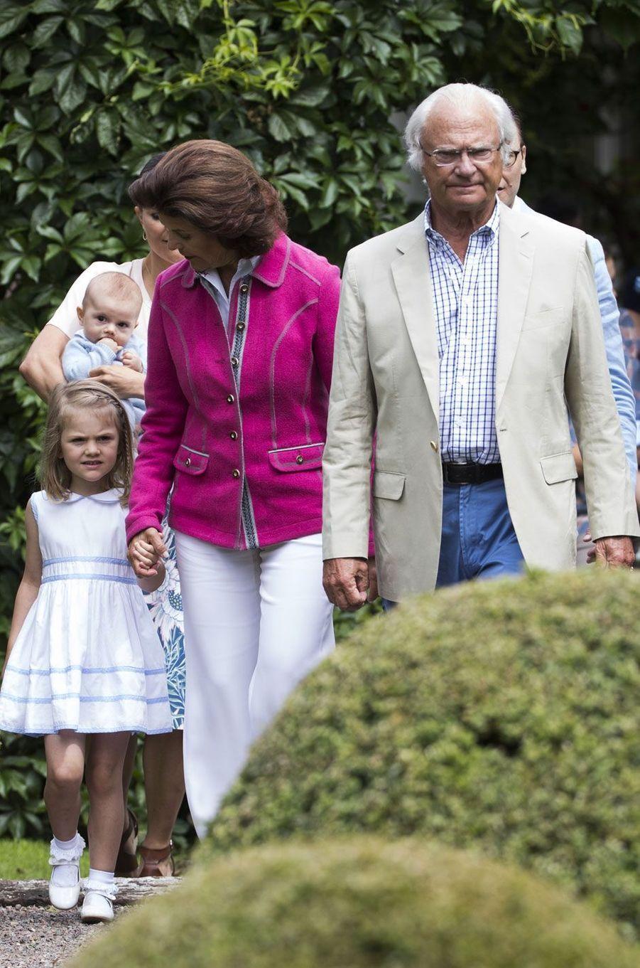 La reine Silvia et le roi Carl XVI Gustaf mènent la famille royale pour la photo d'été