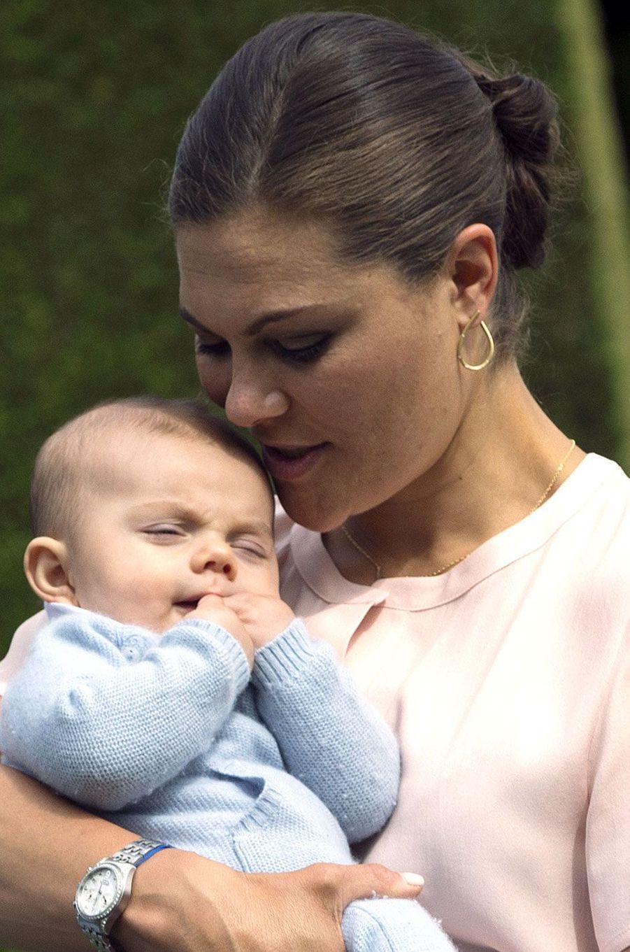 Le petit Oscar dans les bras de sa maman, Victoria, la princesse héritière de Suède