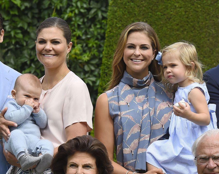Les deux soeurs Victoria et Madeleine, princesses de Suède, avec leurs enfants, Oscar et Leonore