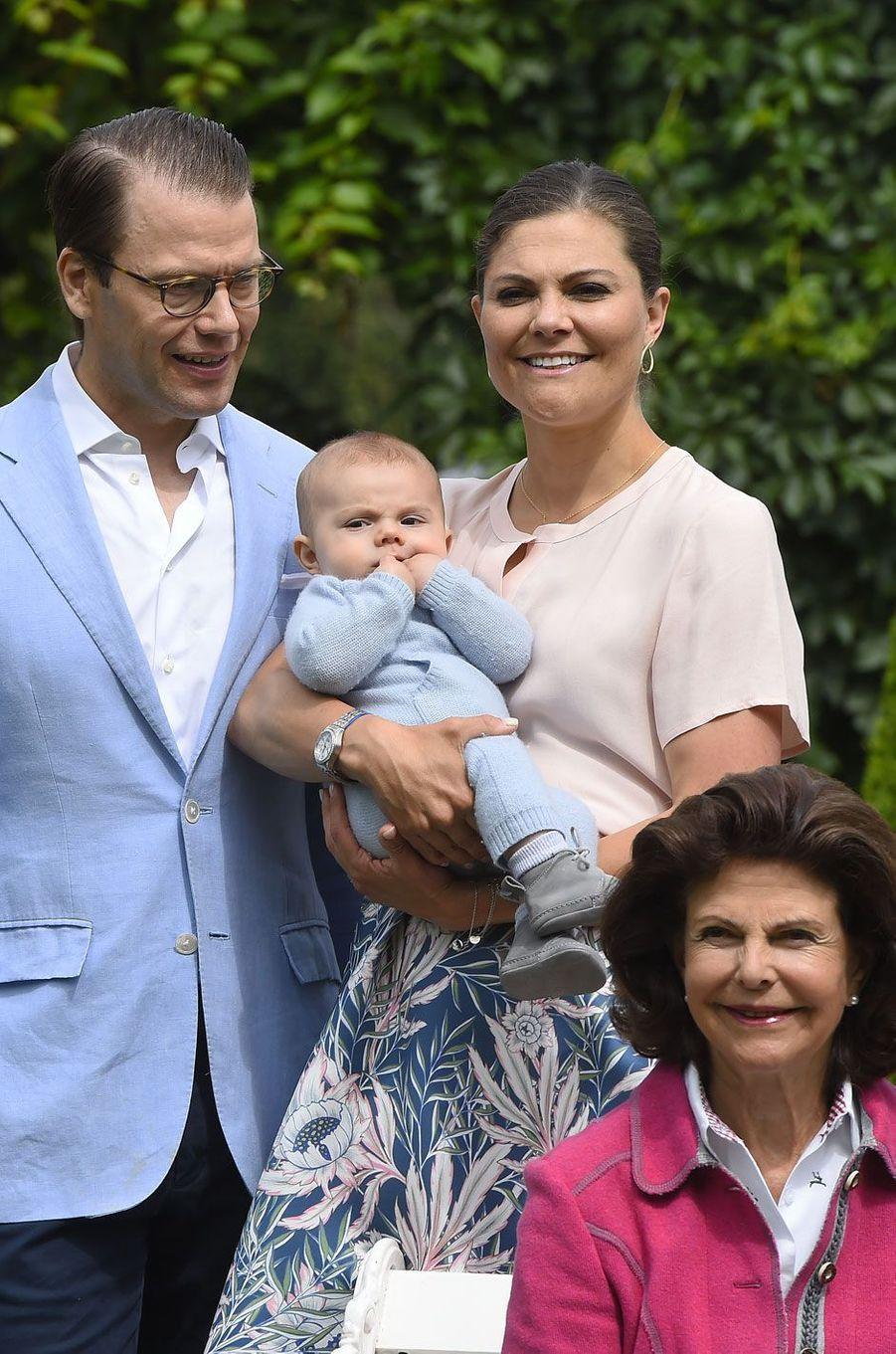 Les heureux parents d'Oscar, le prince Daniel et son épouse, la princesse Victoria, héritière du trône de Suède