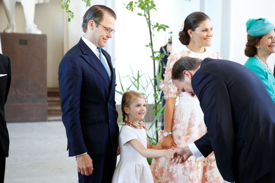 La princesse Estelle saluée par le Premier ministre suédois aux 40 ans de la princesse Victoria, le 14 juillet 2017.