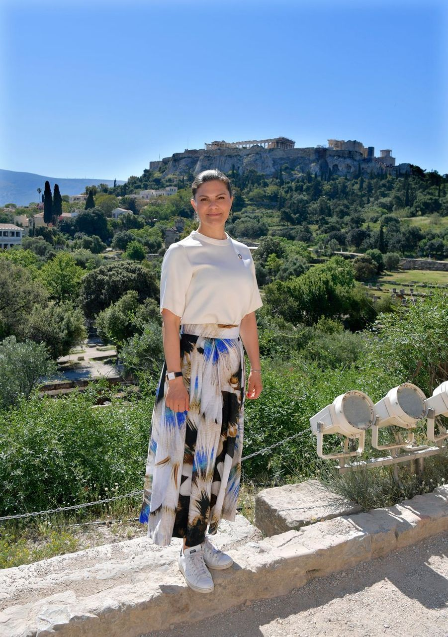 La princesse Victoria de Suède chaussée des Stan Smith Adidas vegan de Stella McCartney à Athènes, le 2 mai 2019