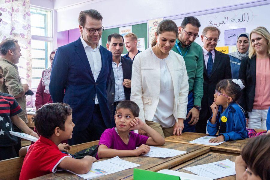 La princesse Victoria de Suède et le prince Daniel dans l'école d'un camp de réfugiés en Jordanie, le 16 octobre 2018