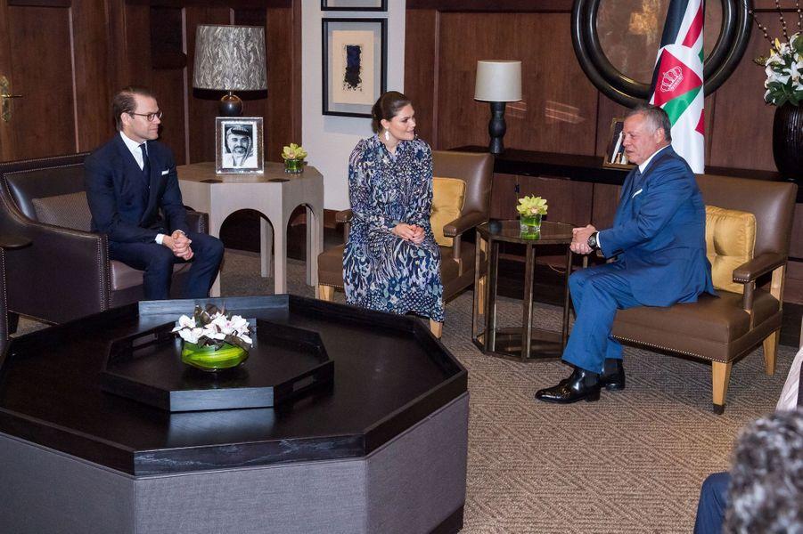 La princesse Victoria de Suède et le prince Daniel avec le roi Abdallah II de Jordanie à Amman, le 17 octobre 2018